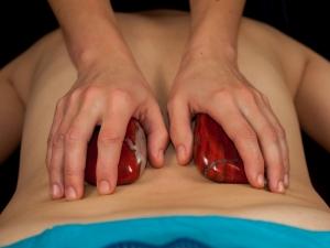 Ratnaabhyanga ajurwedyjski masaż ciepłymi kamieniami półszlachetnymi i kryształami górskimi